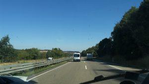 Da fährt die Karawane: mit unseren drei Kleinbussen bringen wir täglich weite Strecken hinter uns.