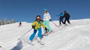 Skifahren in Leistungsgruppen.